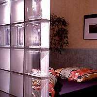 C mo separar espacios en una habitaci n tip del dia for Ladrillos traslucidos