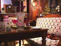 en el estilo barroco los son los accesorios como las esculturas alfombras cojines tapices faroles cuadros pequeos cofres o cajas de