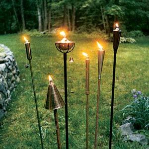 alumbrando el jard n con antorchas jardin decora ilumina ForAntorchas Jardin