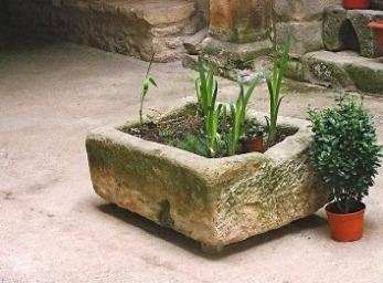 Tipos de maceteros para decorar tu jard n jardin for Macetas de piedra para jardin
