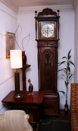 C mo combinar antig edades con una decoraci n moderna tendencias decora ilumina - Decoracion relojes de pared ...