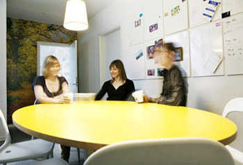 C mo decorar una sala de reuniones oficina decora ilumina for Decoracion despachos juveniles
