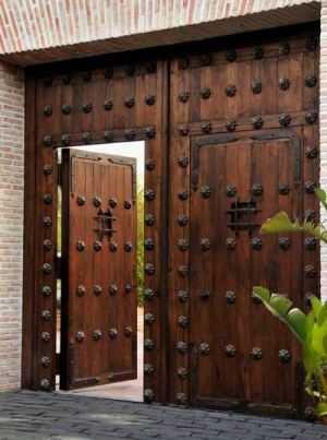 Portones cl sicos de madera tendencias decora ilumina for Puertas grandes antiguas