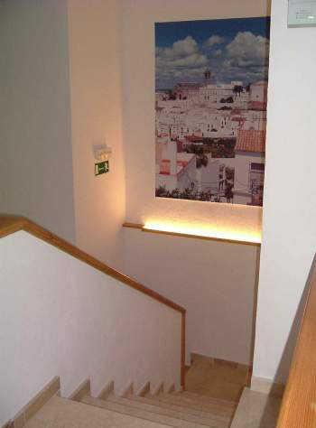 Decoraci n en los descansos de las escaleras sala for Apliques para subida de escalera