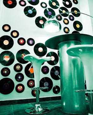 Decoraci n con discos de vinilo tendencias decora ilumina for Zapatillas paredes anos 90