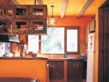Decora tus ambientes con el color anaranjado tendencias - Pared naranja combina con ...