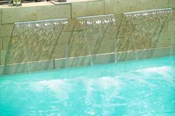 Modelos de cascadas para tu piscina jardin decora ilumina for Cascadas artificiales de agua para piscinas
