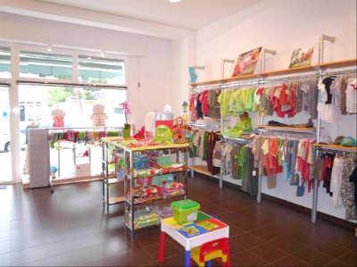 C mo decorar una tienda de ropa para ni os muebles for Decoracion de negocios de ropa