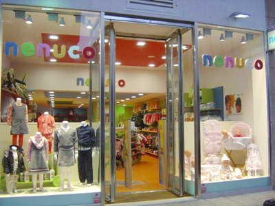 C mo decorar una tienda de ropa para ni os muebles - Como decorar una vitrina ...