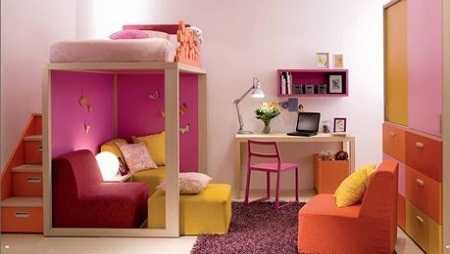 una zona de estar para recibir a los invitados y el siempre necesario escritorio todo coordinado en rosas y naranjas ideal
