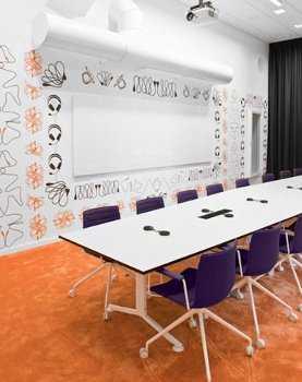 C mo decorar una sala de reuniones moderna oficina for Distribucion de oficinas en una empresa
