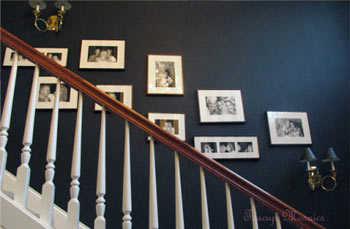 C mo decorar con fotos las paredes de tu casa tip del - Cuadros para subida escaleras ...