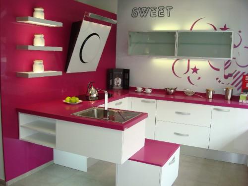 De qu color puedo pintar cada ambiente de mi casa pintura decora ilumina - Cocinas rosa fucsia ...