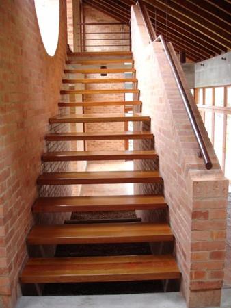 Escaleras de madera sala decora ilumina for Como realizar una escalera caracol