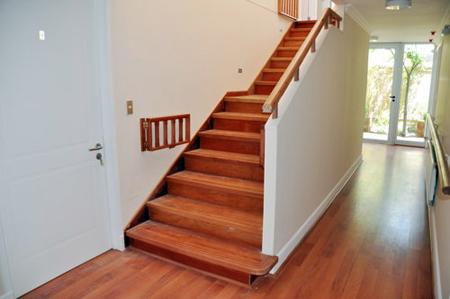 Escaleras de madera sala decora ilumina - Precios de escaleras de madera para casas ...