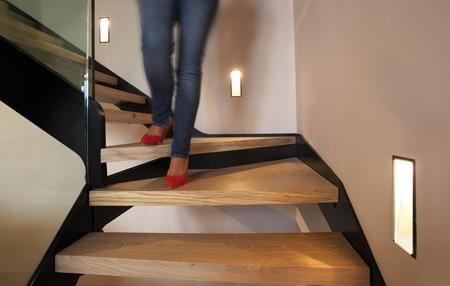 Escaleras de madera sala decora ilumina - Iluminacion de escaleras ...