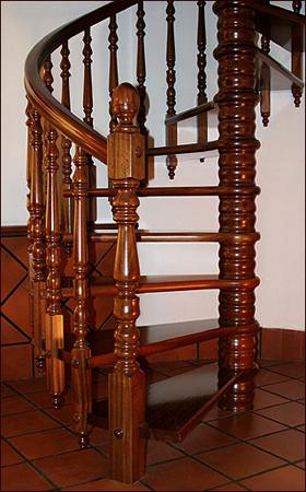 Escaleras de madera sala decora ilumina - Escaleras de caracol en madera ...
