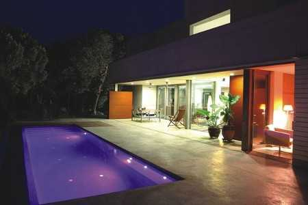 Dise os de piscinas modernas alistando la casa para el for Terrazas y piscinas modernas