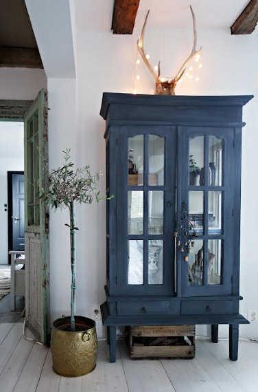 Vitrinas de madera para tu comedor comedor decora ilumina for Como decorar una vitrina