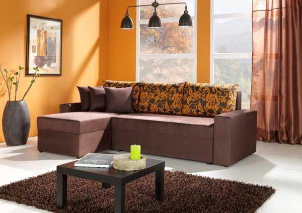 Las paredes naranja combinan muy bien con un mueble color marrón